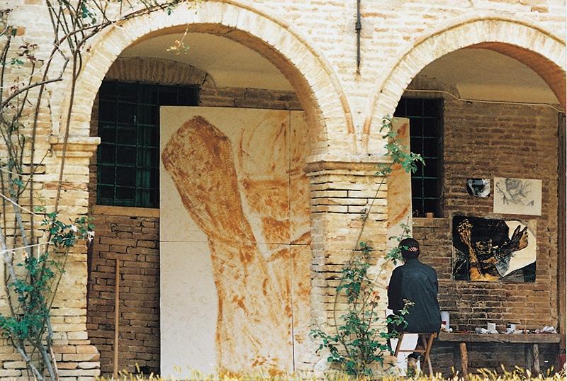 Rima Meyendorf beim Malen eines Bildes in Italien